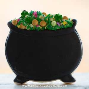 Decorated Sugar Cookie Ideas for St. Patrick's Day! Decorated Pot of Gold Cookie with sprinkles